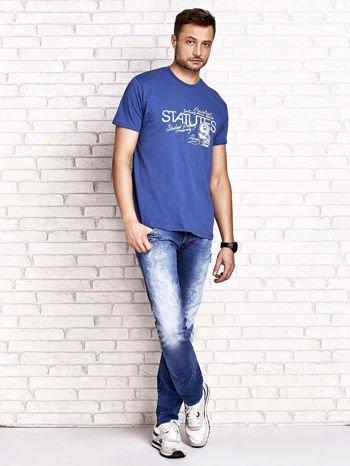 Ciemnoniebieski t-shirt męski z nadrukiem napisów i cyfrą 9                                  zdj.                                  4