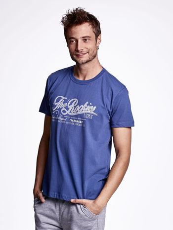 Ciemnoniebieski t-shirt męski z nadrukiem napisu THE ROCKIES                                  zdj.                                  3