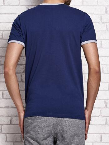 Ciemnoniebieski t-shirt męski z napisami