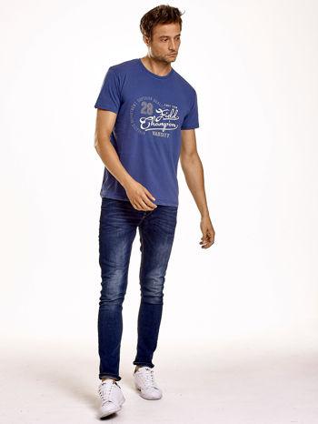 Ciemnoniebieski t-shirt męski z napisem CHAMPION i liczbą 28                                  zdj.                                  4