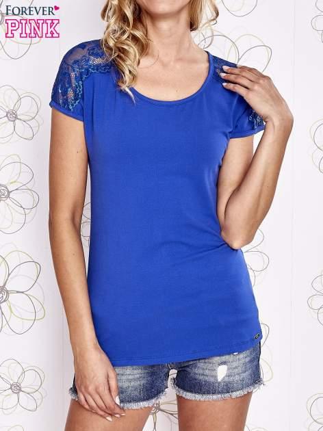 Ciemnoniebieski t-shirt z koronkowym wykończeniem rękawów