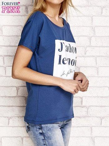 Ciemnoniebieski t-shirt z napisem J'ADORE LE NOIR                                  zdj.                                  3