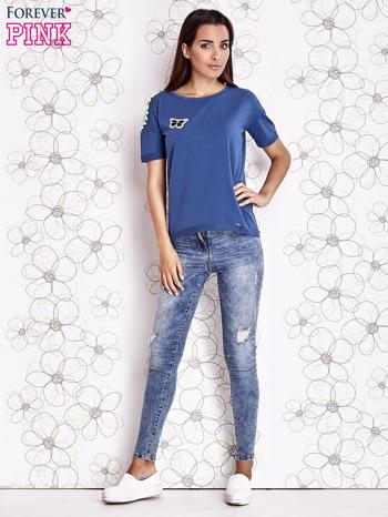 Ciemnoniebieski t-shirt z naszywką motyla i pomponikami                                  zdj.                                  4