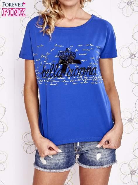 Ciemnoniebieski t-shirt z ozdobnym napisem i kokardą