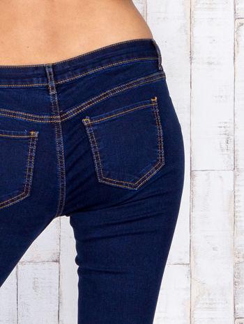 Ciemnoniebieskie jeansowe spodnie skinny z kontrastowymi szwami                                  zdj.                                  5