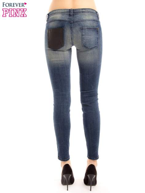 Ciemnoniebieskie jeansy rurki z ozdobną tylną kieszenią ze skóry                                  zdj.                                  4