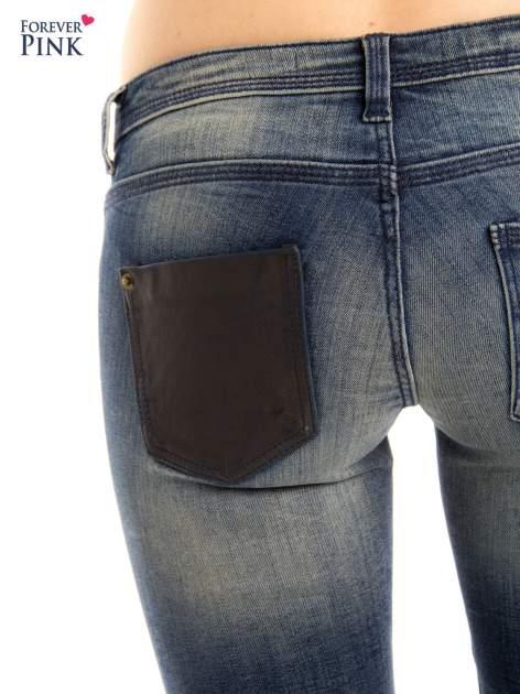 Ciemnoniebieskie jeansy rurki z ozdobną tylną kieszenią ze skóry                                  zdj.                                  5