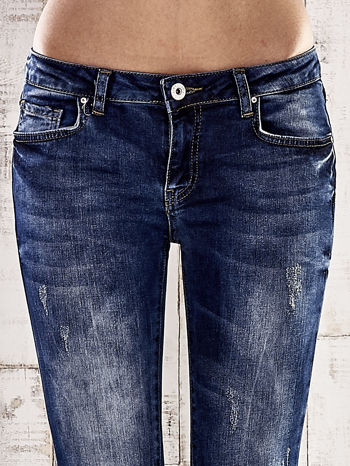 Ciemnoniebieskie jeansy rurki z przetarciami                                  zdj.                                  4