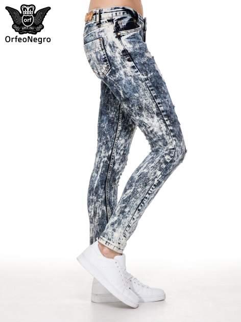 Ciemnoniebieskie mocno dekatyzowane spodnie jeansowe rurki z przetarciami                              zdj.                              3