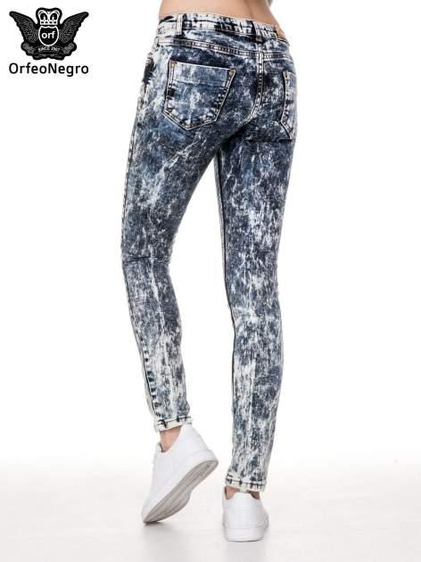 Ciemnoniebieskie mocno dekatyzowane spodnie jeansowe rurki z przetarciami                                  zdj.                                  4