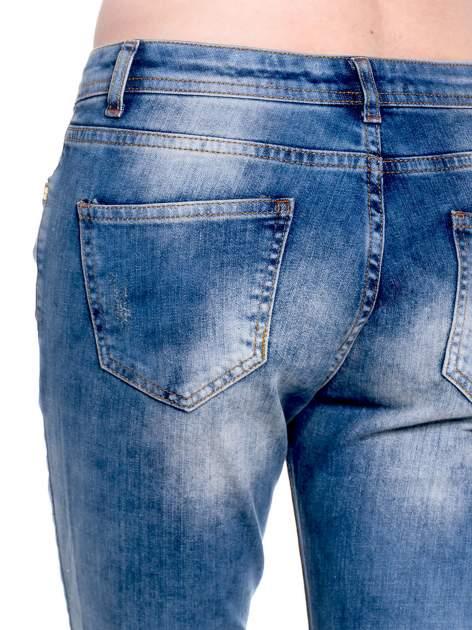 Ciemnoniebieskie spodnie girlfriend jeans z przetarciami                                  zdj.                                  7