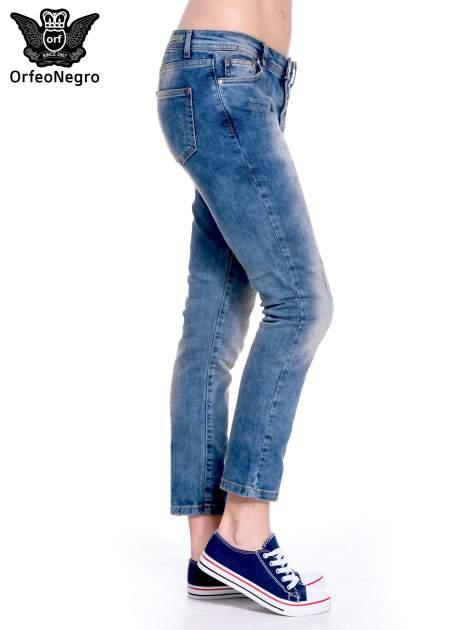 Ciemnoniebieskie spodnie girlfriend jeans z przetarciami                                  zdj.                                  4