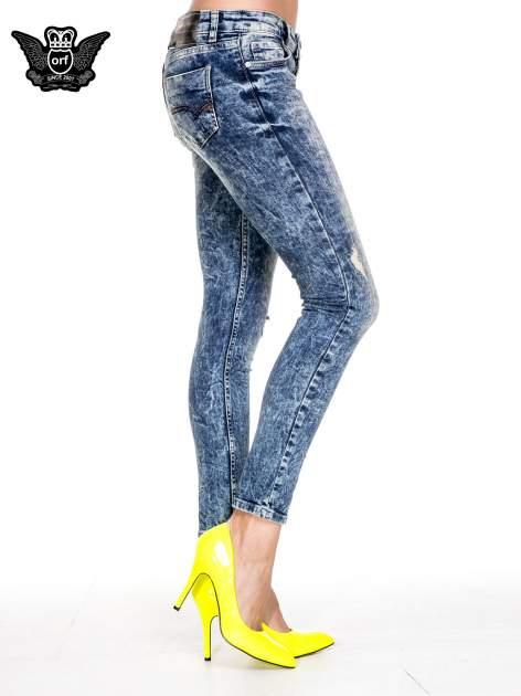 Ciemnoniebieskie spodnie jeansowe rurki marmurki z przetarciami                              zdj.                              3