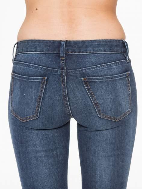 Ciemnoniebieskie spodnie jeansowe rurki z cieniowaniem                                  zdj.                                  6