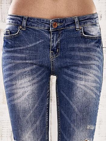 Ciemnoniebieskie spodnie jeansowe rurki z efektem marble denim                                  zdj.                                  4