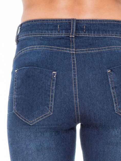 Ciemnoniebieskie spodnie jeansowe rurki z przetarciami                                  zdj.                                  6