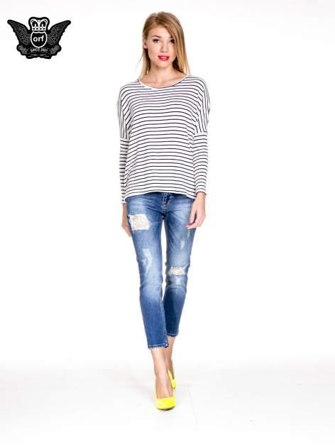 Ciemnoniebieskie spodnie jeansowe z dziurami podszytymi koronką                              zdj.                              2