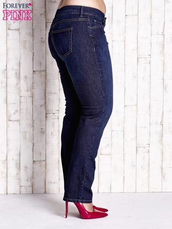 Ciemnoniebieskie spodnie jeansy z przetarciami PLUS SIZE                                  zdj.                                  2