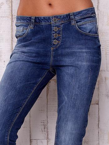 Ciemnoniebieskie spodnie regular jeans                                  zdj.                                  4