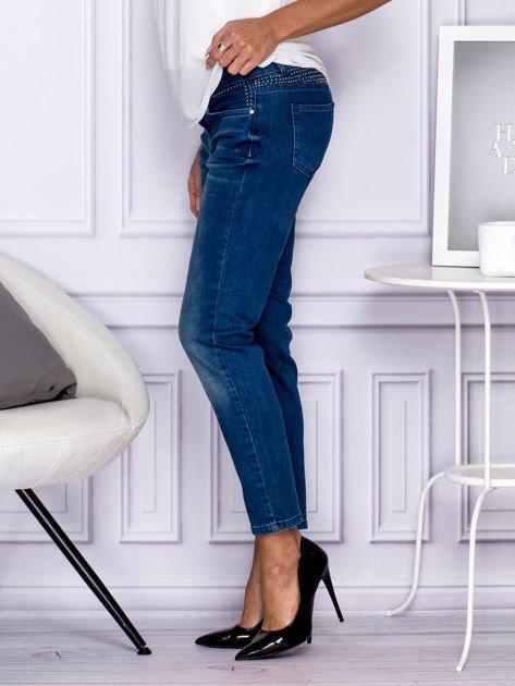 Ciemnoniebieskie spodnie regular jeans z dżetami w pasie                                  zdj.                                  5