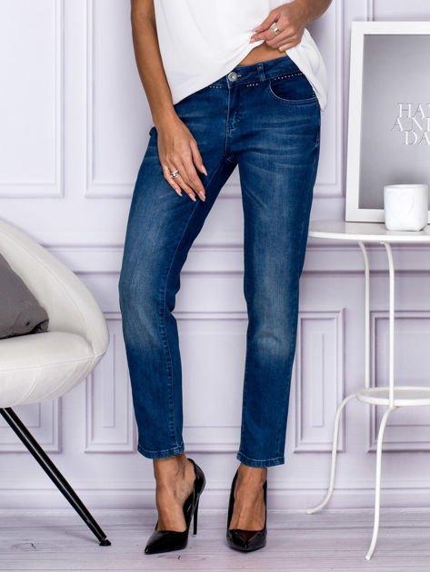 Ciemnoniebieskie spodnie regular jeans z dżetami w pasie                                  zdj.                                  1