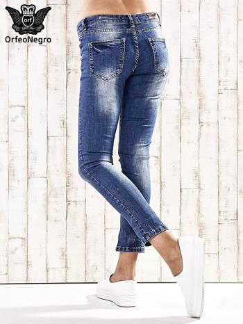 Ciemnoniebieskie spodnie regular jeans z przetarciami                                  zdj.                                  2