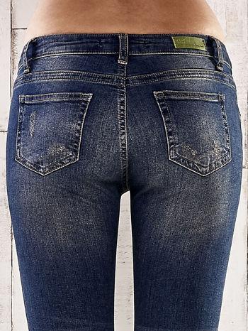 Ciemnoniebieskie spodnie skinny jeans z ćwiekami                                  zdj.                                  6
