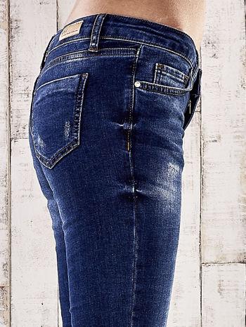 Ciemnoniebieskie spodnie skinny jeans ze złotymi ćwiekami                                  zdj.                                  5