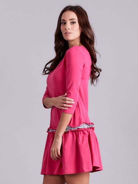 Ciemnoróżowa sukienka z kontrastową falbanką                              zdj.                              3