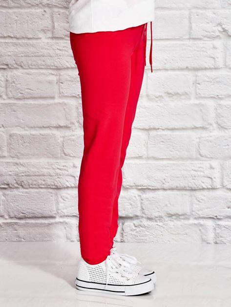 Ciemnoróżowe spodnie dresowe dla dziewczynki z letnim nadrukiem                              zdj.                              2