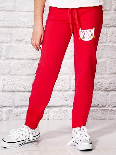 Ciemnoróżowe spodnie dresowe dla dziewczynki z napisem FOLLOW MY FEET                              zdj.                              1
