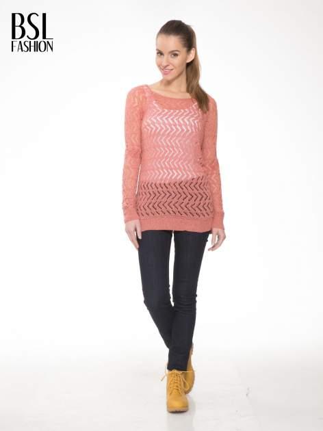 Ciemnoróżowy ażurowy dłuższy sweter                                  zdj.                                  2