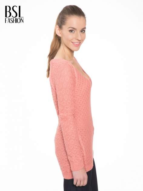 Ciemnoróżowy sweter o ozdobnym ściegu z dekoltem w serek                                   zdj.                                  3