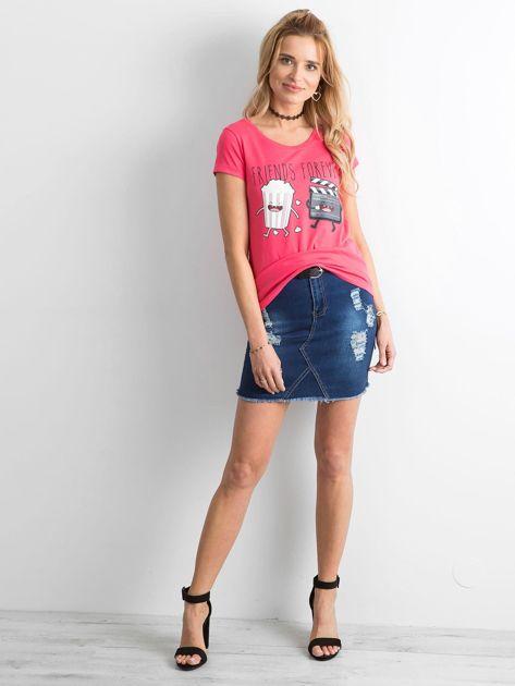 Ciemnoróżowy t-shirt z nadrukiem                              zdj.                              4