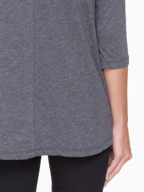 Ciemnoszara bluzka o rozkloszowanym kroju z rękawem 3/4                                  zdj.                                  6