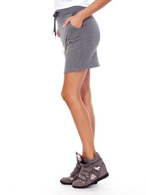 Ciemnoszara dresowa spódnica z kieszeniami i perełkami                              zdj.                              3