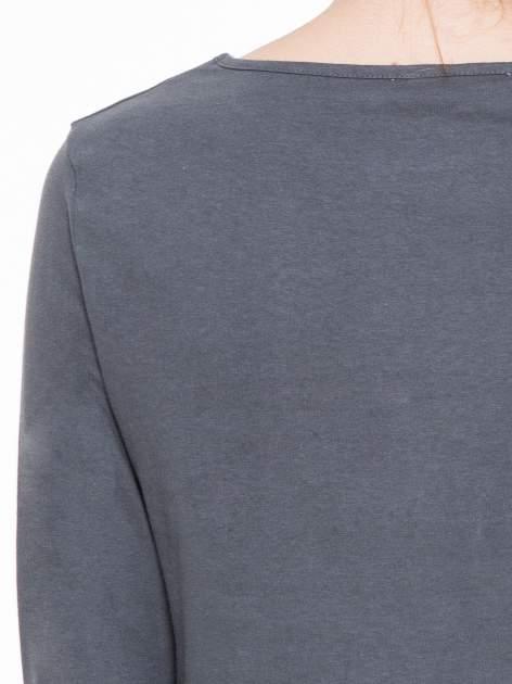 Ciemnoszara gładka bluzka z dłuższym tyłem                                  zdj.                                  7