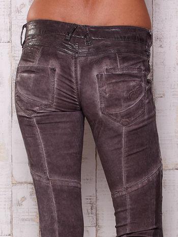 Ciemnoszare dekatyzowane spodnie z błyszczącym wykończeniem                                  zdj.                                  5