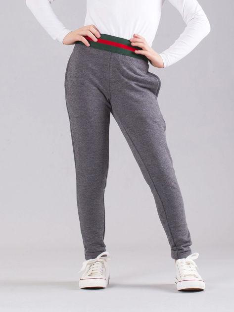 Ciemnoszare dziewczęce spodnie dresowe z kieszeniami                              zdj.                              1