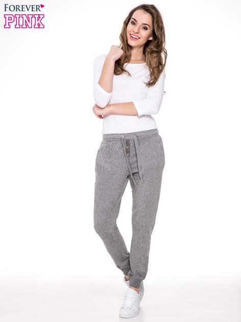 Ciemnoszare spodnie dresowe damskie z guziczkami                                  zdj.                                  2