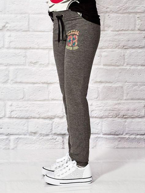 Ciemnoszare spodnie dresowe dla dziewczynki SUPER GIRL                              zdj.                              3