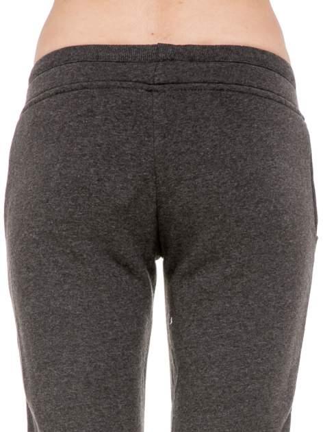 Ciemnoszare spodnie dresowe z guziczkami przy ściągaczu                                  zdj.                                  8