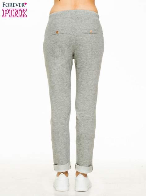 Ciemnoszare spodnie dresowe z guzikami wiązane w pasie                                  zdj.                                  2