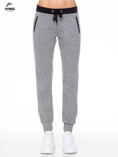 Ciemnoszare spodnie dresowe z kontrastowym pasem i kieszeniami                                  zdj.                                  1