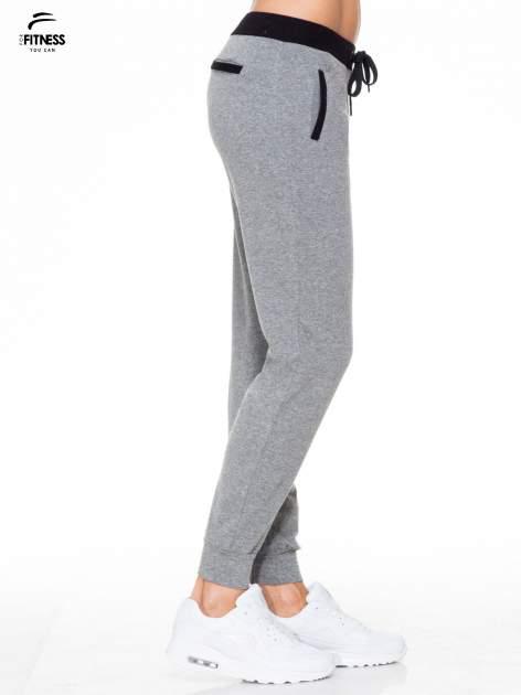 Ciemnoszare spodnie dresowe z kontrastowym pasem i kieszeniami                                  zdj.                                  3