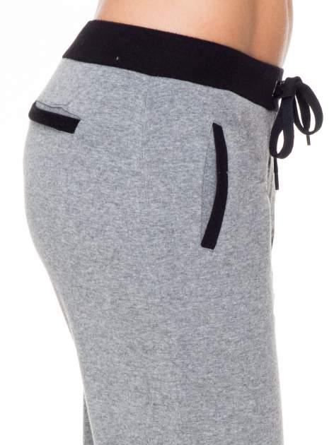 Ciemnoszare spodnie dresowe z kontrastowym pasem i kieszeniami                                  zdj.                                  5