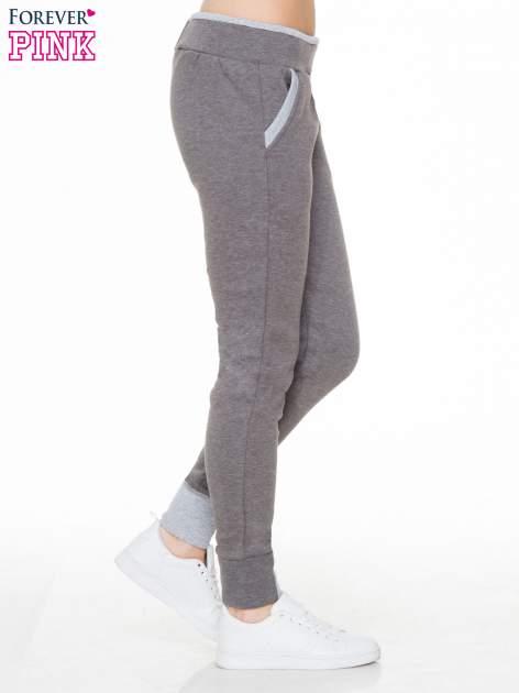 Ciemnoszare spodnie dresowe z kontrastowymi wstawkami                                  zdj.                                  3