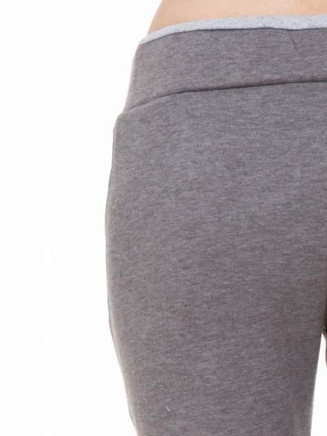 Ciemnoszare spodnie dresowe z kontrastowymi wstawkami                                  zdj.                                  5