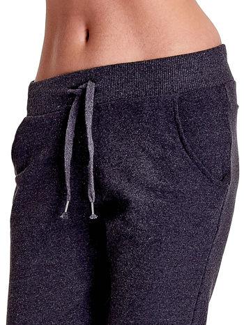 Ciemnoszare spodnie dresowe z prostą nogawką                                  zdj.                                  5