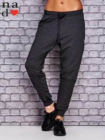 Ciemnoszare spodnie dresowe z zasuwaną kieszonką                                  zdj.                                  1